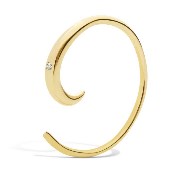 Smuk lille spiral med en fin indfattet ædelsten. Spiralen føres igennem hullet i øret og trækkes rundt til den toppen.  Sterlingsølv (925) belagt med 18 karat guld, blankt poleret finish.  Varenummer: 9083a