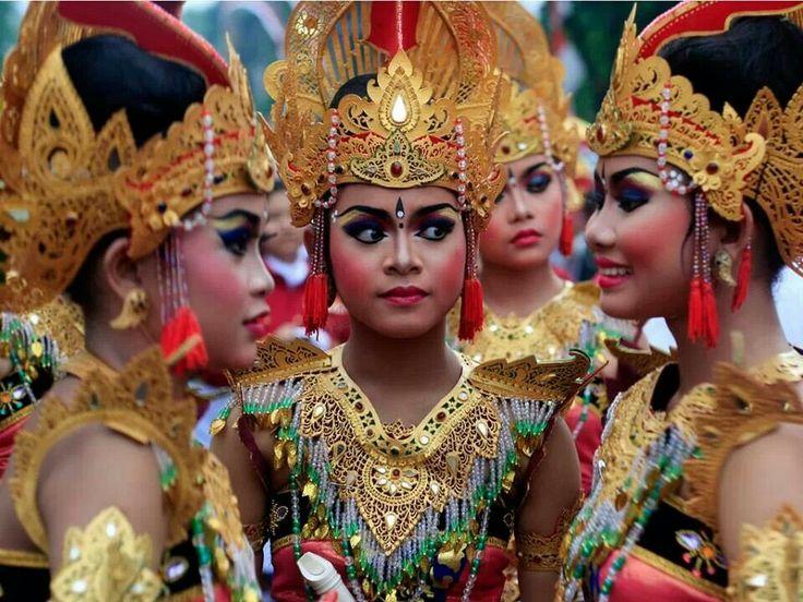 Traditionnal dancers. Danseuses traditionnelles. #Bali