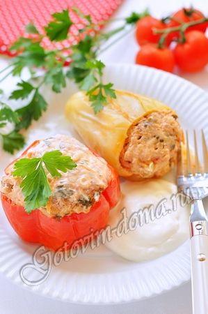 Рецепт: Перец фаршированныйфарш (свинина с говядиной) - 400 г, перец - 8-10 шт, рис - 2-3 столовых ложки, помидоры - 2 шт, лук репчатый - 2 шт, морковь - 1 шт, чеснок 2 зубчика, томатный соус или кетчуп - 1 столовая ложка, зелень петрушки или укропа, растительное масло (для жарки), щепотка сахара, соль, свежемолотый перец для томатно-сметанного соуса сметана - 200 г, томатный соус или кетчуп - 2-3 столовых ложки, вода - 500 мл (или немного больше)