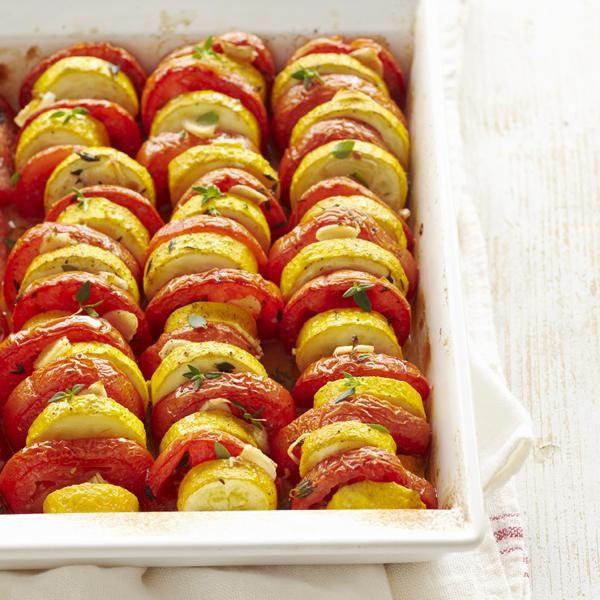 Tian de tomates et de courgettes Un plat provençal parfumé aux fines herbes fraîches, parfait pour accompagner nos grillades.