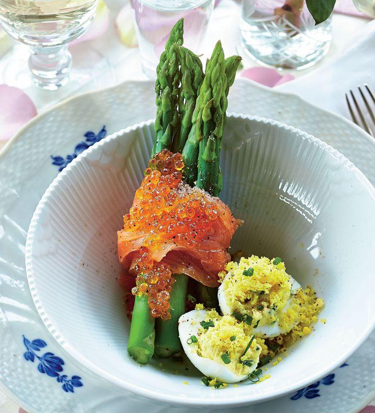 Server en lækker forret, der smager af forår. Her får du opskriften på lækre mimoseæg med grønne asparges, røget laks og ørredrogn.