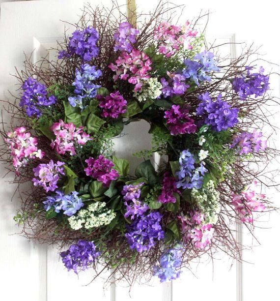 Couronne de printemps lilas et baies est luxuriante et pleine de lilas violets clair et foncés. Il est agrémenté de baies et de verdure pour faire une déclaration audacieuse pour votre porte dentrée.  Dimensions : 24 pouces rond Couronne Ces couronnes sont destinés à lintérieur ou mieux sur un porche avec certains type de dépasse donc il est protégé.  Pour les couronnes plus : https://www.etsy.com/shop/Leopard?section_id=16788200&ref=shopsection_leftnav_3  Co...