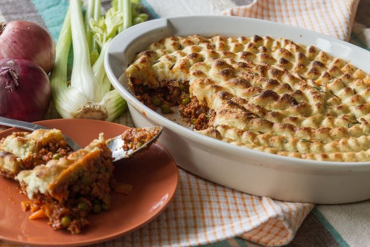 Akis Shephard's pie recipe. A recipe you will love! Shephard's pie with ground pork, vegetables and topped with mashed potatoes.