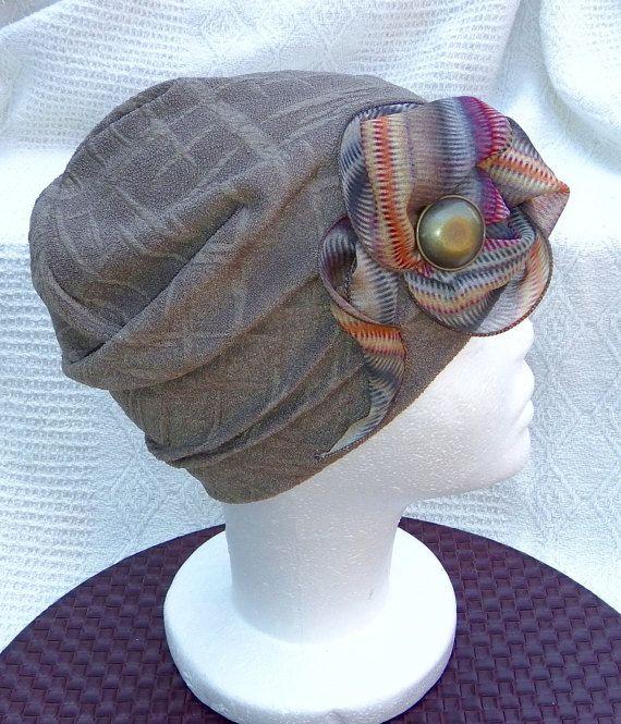 Bonnet chimio femme, chapeau chimio adulte, tuque perte de cheveux, bonnet cancer, chapeau souple, saisonnier, intérieur fait à la main.  Tricot de polyester à motifs, pré-lavé, une épaisseur de tissu, extensible. Frais et confortable.  Circonférence: 53cm - 63.5cm (extension max. approx.) (21 - 25 pouces) approx. Tour de tête (front, oreilles, nuque) **voir l'image  Description: Couleur taupe (brun beige) à plis garni dun foulard noué comme une fleur garni dun bouton de métal brossé…