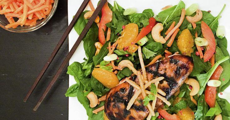 Mélanger tous les ingrédients de la marinade. Faire mariner les poitrines de poulet, minimum 2 heures, au mieux une journée. Sur le barbecue, ou dans un poêlon où un peu d'huile aura été chauffée, cuire le poulet à une puissance moyenne-élevée. Préparer la vinaigrette en mélangeant tous les ingrédients. Préparer les légumes pour la salade. Assembler votre salade, ou mieux encore, laisser vos invités créer leur propre salade. Y déposer une poitrine par portion. Assaisonner et déguster.