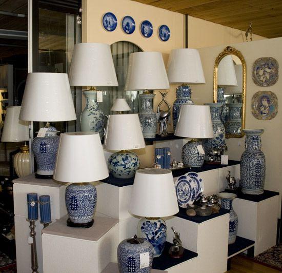 Et kik ind i lampebutikken. DPH Trading, løkkegravene 49, 5270 Odense N.  - Runde skærme til gamle kinesiske lampe - Gør din lampe mere nutidig. - Kæmpeudvalg hos DPH Trading.