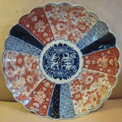 19th CENTURY JAPANESE IMARI DECORATED SCALLOPED PORCELAIN CHARGER