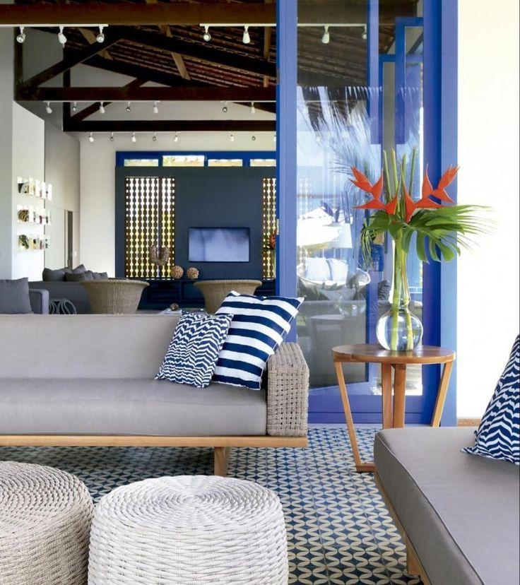 Ah o verão... azul nas esquadrias da janela e porta que inspiram um decor com jeito de casa de praia  Projeto Christiana Oiticica