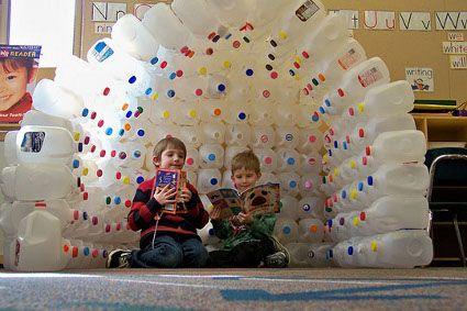 Mira que buena idea con envases plasticos reciclados de jugos puedes armarles su propio espacio... te acuerdas cuanto eras pequeña querias tu casita para jugar:D