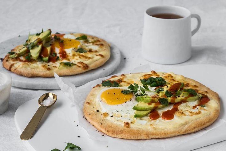 Kaldhevet frokostpizza med avokado og egg.