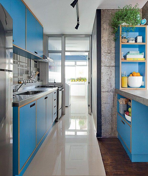 """Queria uma cozinha moderna, para contrastar com o ar retrô dos móveis. gosto da mistura da madeira com inox, ladrilho hidráulico e concreto."""" Marcela"""