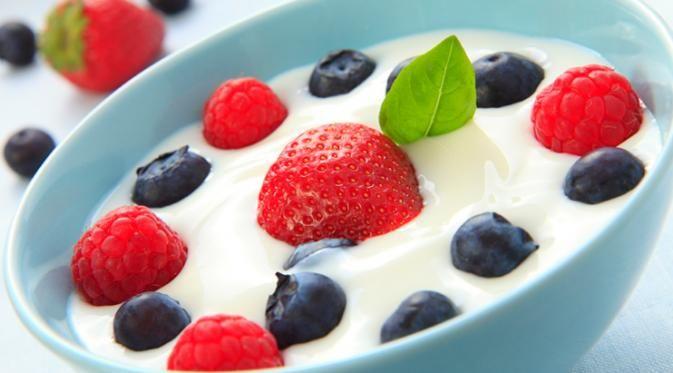 Meski rasanya agak asam, yogurt memiliki manfaat manis bagi Anda yang ingin menurunkan berat badan.
