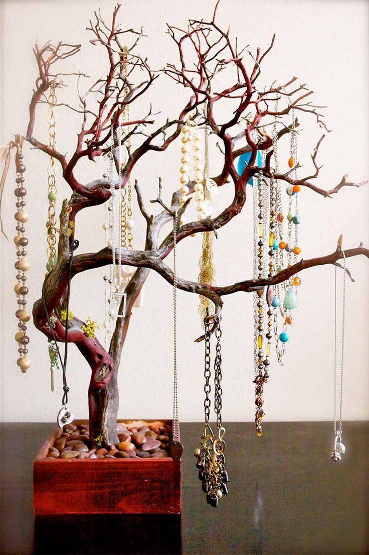 Sieraden opbergen in een sieradenboom | Hier kan je veel kettingen en armbanden aan hangen. Ga opzoek naar een smalle tak (met veel kleine takjes), waar je veel sieraden aan kwijt kunt. Tada: je eigen sieradenboom!