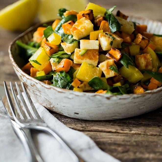 Sommersalat mit Süßkartoffeln, Halloumi und Zitrusdressing