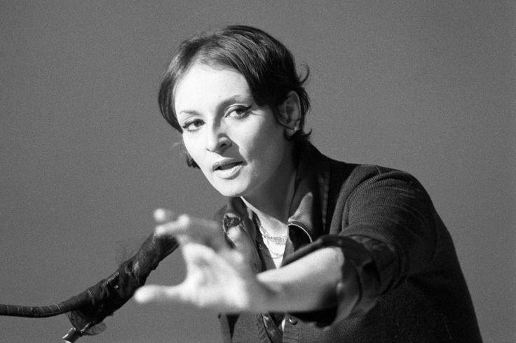 "La chanteuse Barbara pendant l'enregistrement de l'émission ""Discorama""  Crédits : Louis Joyeux/Ina"