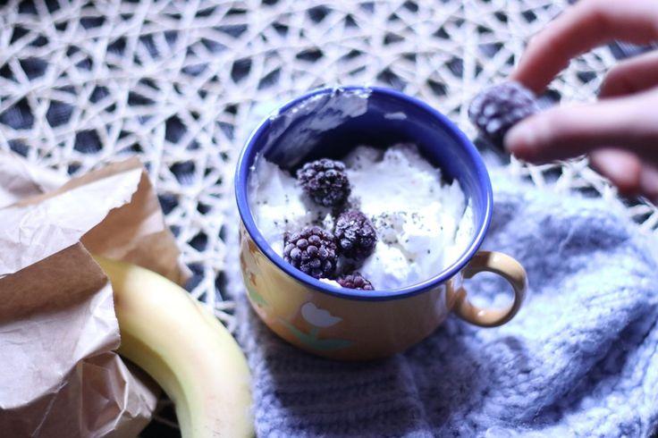 Berry Breakfast with yogurtWhen I'm feeling not that hungry I make myself quick little breakfasts. Usually I use fresh or frozen fruits. Nuts and seeds. Yogurt – almond milk or lactose free milk.  ///  Hafif bir kahvaltı hazırlıyorsam seçenekler genellikle taze-donmuş meyveler kullanıyorum. Taban için süzme yoğurt- yoğurt – badem sütü- soya sütü – laktozsuz süt seçeneklerinden biri olabiliyor. Sonra çekirdekler ve tohumlar ile tamamlıyorum.  N O M