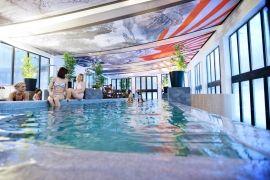 Ha igazi kikapcsolódásra vágysz, távol a város zajától, akkor az #Oxigén Hotel****Superior Family & Spa-ban garantáltan egy más világba csöppensz. Egy különleges és hangulatos világba, ahol minden a családról szól! A szülők feltöltődhetnek a szálloda távol-keleti hangulatú fürdőjében vagy pihenőkertjében. A gyerekekre pedig rengeteg játék és programlehetőség vár, kortól függetlenül. A környéken is sok a látnivaló, akár biciklivel is van lehetőség túrázni, ha aktív pihenésre vágytok.
