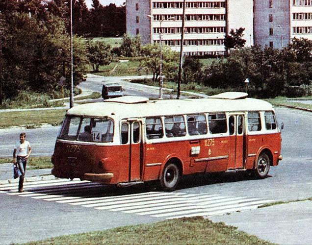 ul. Zana, ok. 1980 r. Górka pod którą wjeżdża Żuk, była w latach 90 niwelowana, przy okazji przebudowy tego odcinka ulicy. (14) wtedy jeździła z Paderewskiego.