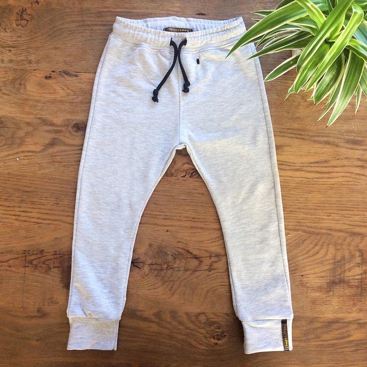 Daar is hij dan, het gratis patroontje van de Dex Pants! Deze joggingbroek maakte ik voor mijn zoontje Dex en wil ik graag met jullie delen. Heb je nog tips, vragen, op- of aanmerkingen aan de hand…