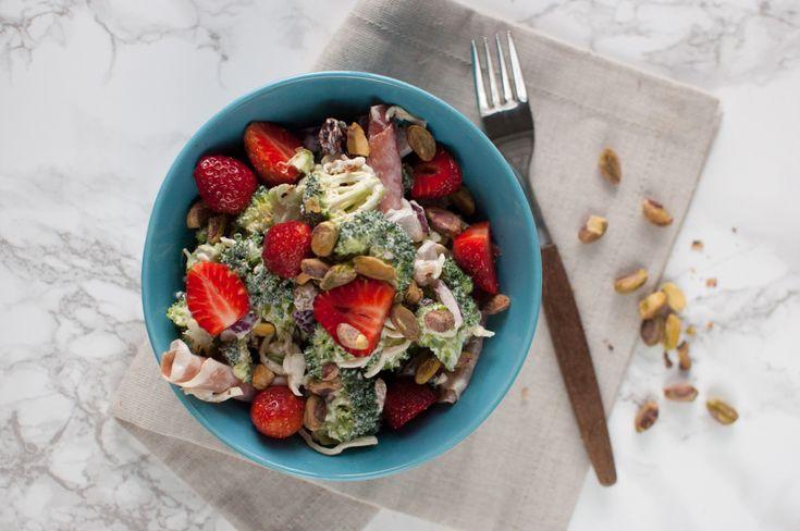 Brokkolisalat med jordbær og pistasjenøtter Sommarens favoritt som er lett og rask å lage, perfekt som tilbehør til grillmat.