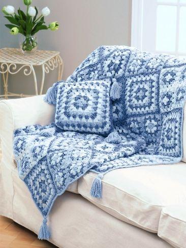 Cobertor de crochê em azul com almofada combinando.                                                                                                                                                                                 Mais