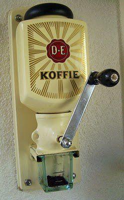 vroeger thuis in de keuken, nu in de mijne. koffiebonen malen is weer helemaal van nu... toch eens proberen in deze wandkoffiemolen!
