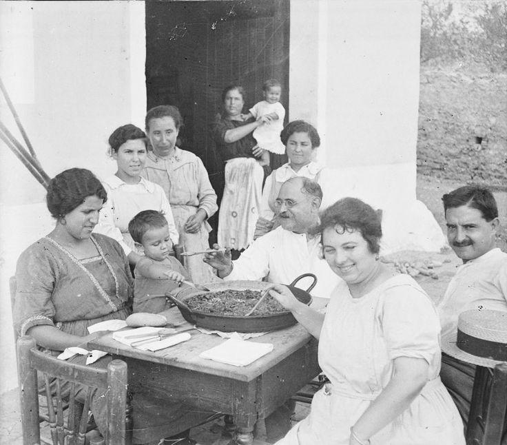 Comiendo una paella en familia. Fotografía de Francisco Roglá López, (1894-1936). Colección de Colección de fotografías de Cullera I. Donación Familia Roglá