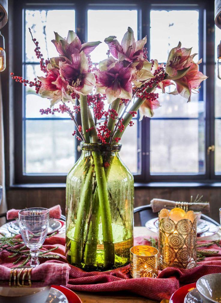 Fyll vardagsrum och sovrum med ljusstakar och lyktor. Dekorera bordet med pampiga snittblommor och kvistar av järnek. Mixa klassiskt rött med sotiga toner och blänkande metaller för en modern stil.