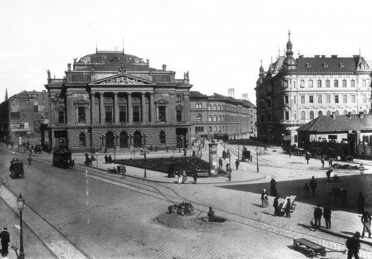 Blaha Lujza tér, ekkor a Népszínház utca és a Rákóczi út találkozása, a Népszínház épülete. A felvétel 1893-ban készült.