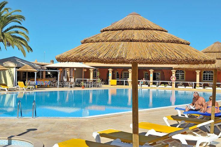 Description: De grote appartementen van Colina Village zijn een appetijtelijk cocktailtje van Portugese flair en mooie Moorse invloeden Kleurrijk en ruim opgezet vakantiepark met groot zwembad Colina Village is een appetijtelijk cocktailtje van Portugese flair en mooie Moorse invloeden. Totaal zijn er zo'n70 appartementen maar toch voelt Colina Village niet als een groot resort. Daar zorgt de speelse kleurrijke opzet wel voor. Deperfecte kleurencombinatie tussen geel oranje en rood latenheel…