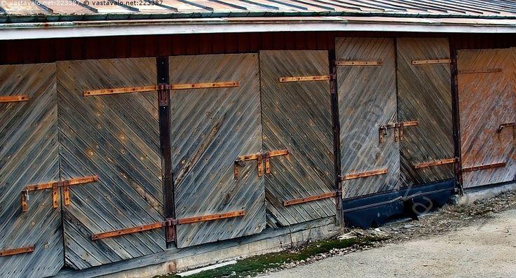 Varastorakennus - varaston ovet pariovet kulunut vanha laudoitus lautaovet säppi lukko salpa ränsistynyt rapistunut ajan patinoima puupinta talo rakennus varasto ovi