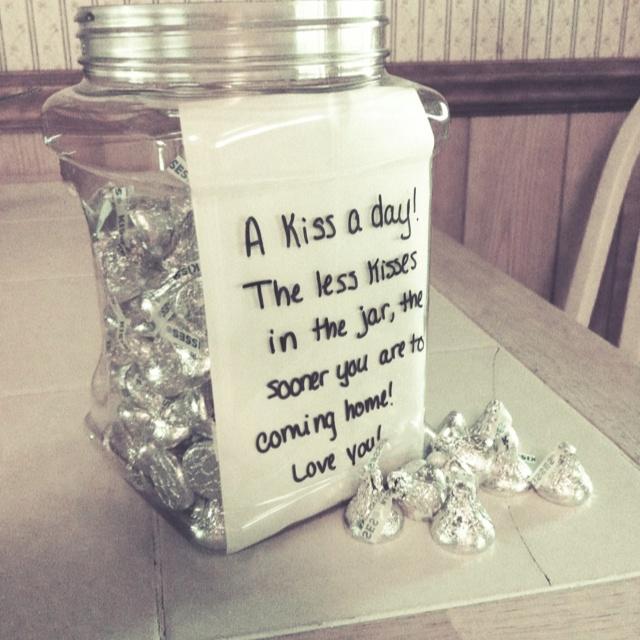 """""""um beijo por dia! quanto menos beijos na jarra, mais perto vc estará de voltar para casa!!""""  Presentes de implantação. Um beijo de um frasco dia. Um beijo para todos os dias que ele está desaparecido. Quanto menos beijos na jarra, quanto mais cedo ele é para voltar para casa."""