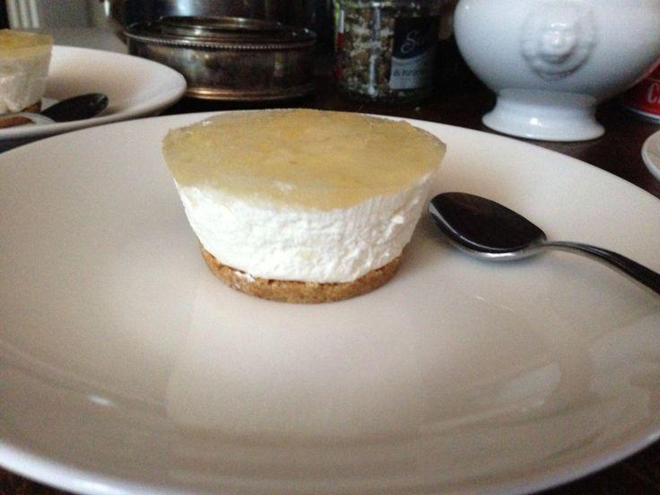 Cheesecake con topping di gelatina di marmellata di pere
