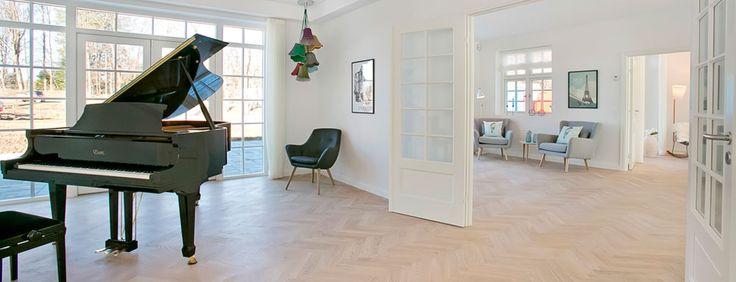 Rungsted, Smidstrupørevej 2 - Lind og Risør  Den indvendige stil matcher også den ydre med ekstra loftshøjde, åbent areal mellem stueetage og 1. sal, forskydningen mellem 1 og 2 plan og ikke mindst et væld af klassiske detaljer og smukke materialer.  Dette er rent og uspoleret liebhaveri i særklasse.