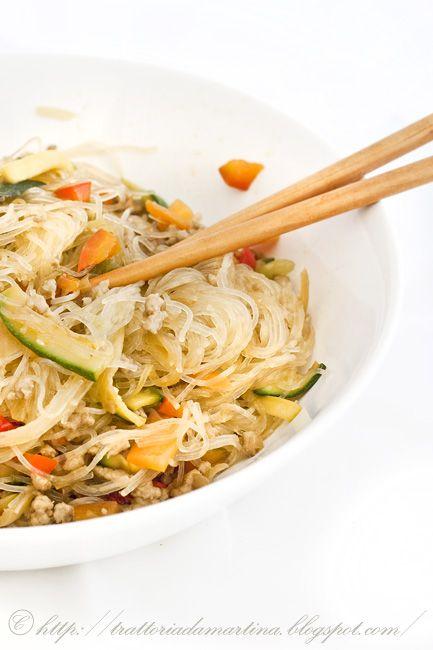 tagliate zucchine e carote a tronchetti di circa 4cm di lunghezza, tagliateli a metà e fateli a fettine. Tagliate i due mezzi peperoni a cubettini di 3mm di diametro e il gambo del porro a fettine. mettete l'acqua della pasta a bollire. In un wok mettete dell'olio di soia e soffriggeteci la cipolla tagliata finemente. Poi aggiungete la carne e quando questa sarà rosolata aggiungete la soia e le verdure. Saltatele brevemente: devono rimanere croccanti. Aggiungete il peperoncino (se …