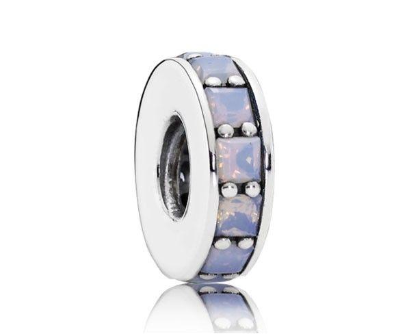 Pandora spacer-bedel zilver wit 791724NOW. Deze prachtige met hand afgewerkte Pandora spacer is vervaardigd uit wit kristal op zilver. De subtiele decoratie weerspiegelt de eeuwigheid van het bestaan. Een schitterende toevoeging aan je armband. https://www.timefortrends.nl/sieraden/pandora.html
