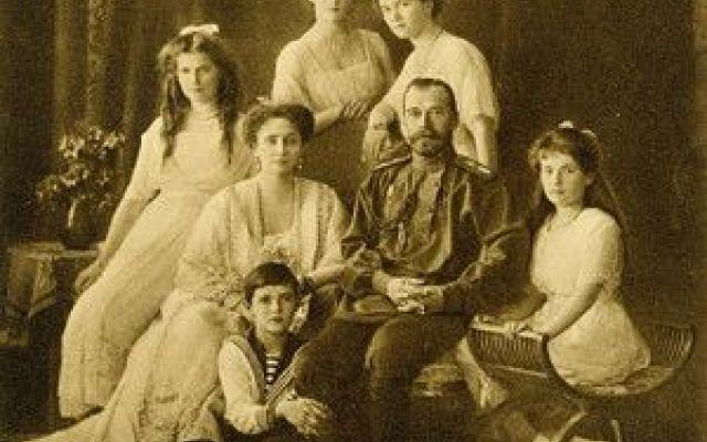 Famiglia Romanov: immagini a colori (con Video) Bellissime immagini a colori su momenti di vita quotidiana e ufficiale della famiglia dell'ultimo zar di Russia Nicola II, che appare qui sempre circondato dalla moglie Alessandra, le quattro figlie m #romanov #nicolaii #zar