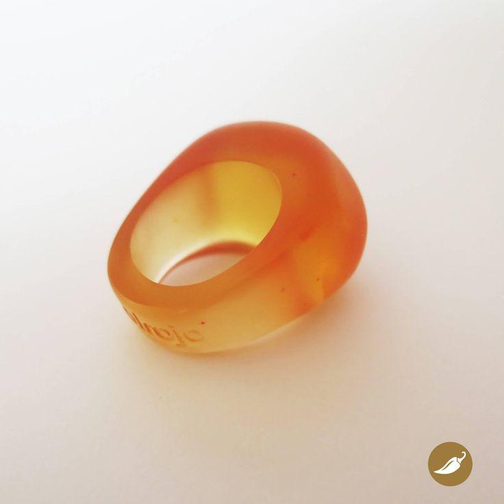 Hermoso anillo de formas redondeadas construido en resina. Sus formas orgánicas lo vuelven muy cómodo y fácil de usar. La resina fue trabajada pulcramente hasta lograr gran suavidad y calidez al tacto.    Autor: Solrojo  Colección: Resina Solrojo  Dimensiones: 3.5 cm de altura por 2 cm de ancho. Talla 13  Colores disponibles: Naranjo  Pieza única: No