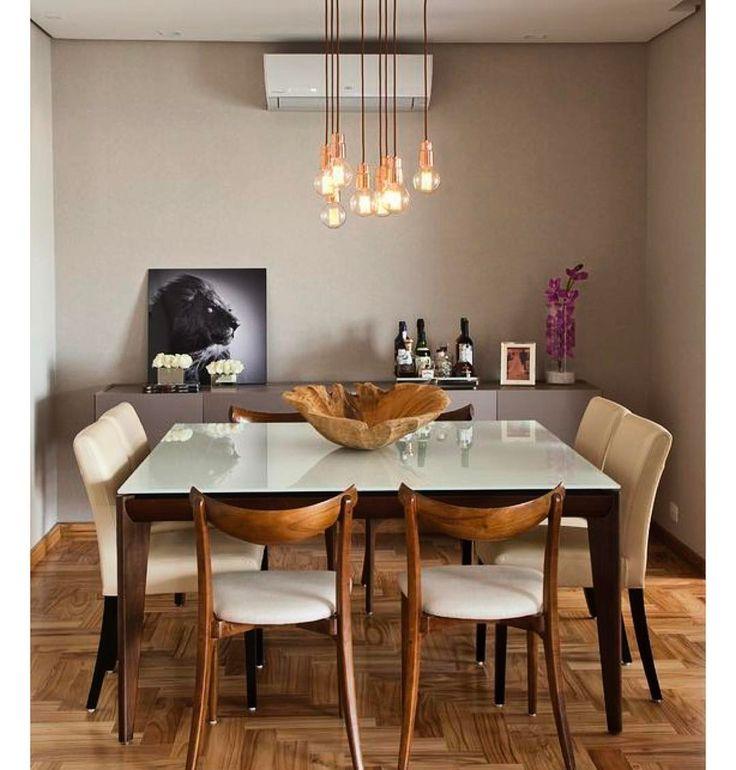 Que sala de jantar mais linda. Adoro piso de taco ainda mais nessa paginação escama de peixe. O mix de cadeiras e os pendentes com lâmpadas de filamento deram um toque de modernidade.