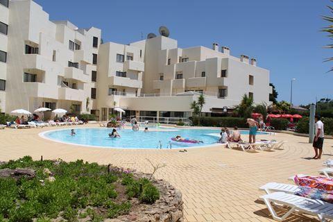 Santa Eulalia  Description: Ligging: Op ca. 800 m ligt het Praia da Oura strand en de Strip vindt u op ca. 700 m. Het oude centrum van Albufeira is gelegen op ca. 3 km. In directe omgeving diverse restaurants bars en winkels. Faciliteiten: Santa Eulalia bestaat uit 130 ruime appartementen verdeeld over een gebouw met 5 verdiepingen. U vindt er een 24-uurs receptie bagageruimte liften bar en een vernieuwd buffetrestaurant. In de fraaie tuin ligt het zwembad met kinderbad een zonneterras met…