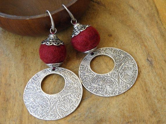Boucles d'oreille ethniques  laine feutrée et métal par KateDeslong, €35.00