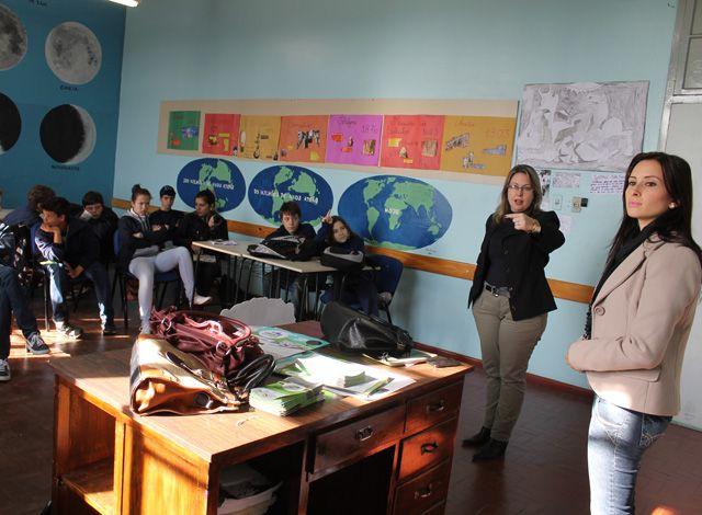 """2013 - Carin Gomes, Fiscal Ambiental, e Daiana Nervo, assessora de imprensa,  divulgando a campanha """"Venâncio cresce mais limpa"""""""