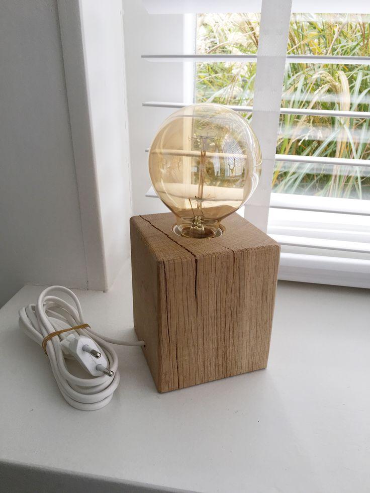 Hoe stoer is deze zelfgemaakte tafellamp van hout. De lamp is handgemaakt en hierdoor uniek in zijn soort, van elke lamp is er maaréén.