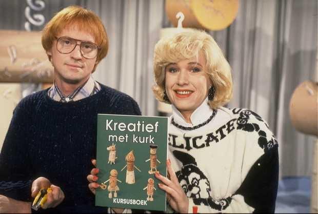 """Kreatief met kurk, 1993-1994  Een knutselprogramma van Arjan Ederveen en Tosca Niterink.   Ellen: """"En wat is het basismateriaal van vandaag?""""   Peter: """"Het basismateraal van vandaag is kurk."""""""
