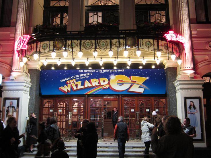 Piccadilly Circus, London 라이온 킹 추천하길래 시시할 것 같다고 본 오즈의 마법사... 믿고 보는 Andrew Lloyd Webber의 뮤지컬임에도 불구하고 별로였음. 사람들의 얘기로는 여주인공이 Britain's Got Talent?의 우승자였다고 함. 우리나라로 치면 장재인이 처음 한 뮤지컬을 본 셈.