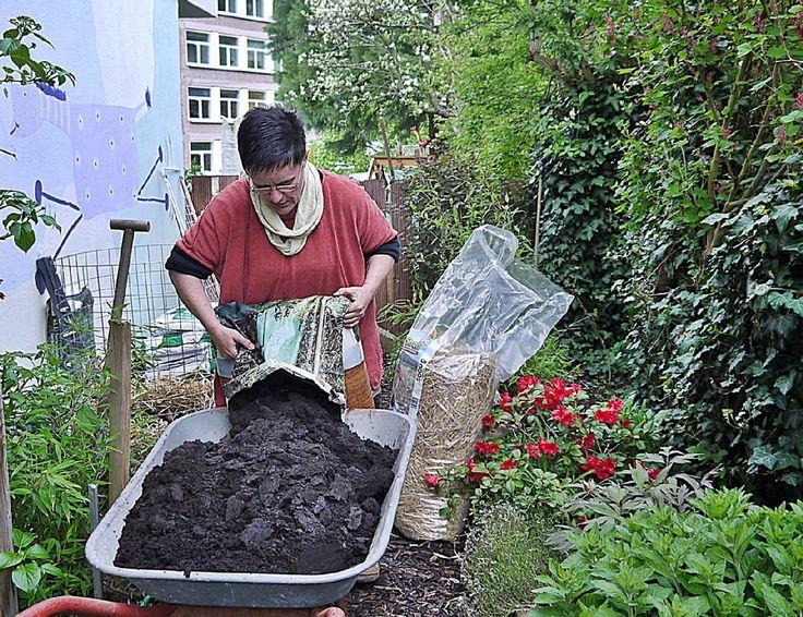 Verena Bartoniczek mischt Erde und Biokompost.