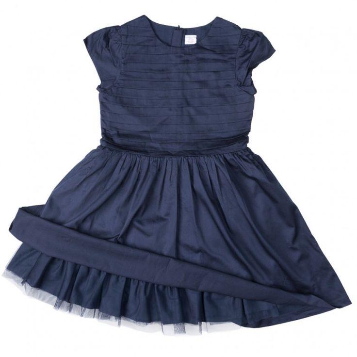 Festfin klänning med puffärm. Klänningen är fodrad och har en underkjol i tyll. Överdelen är dekorativt veckad som en extra detalj. Stängs baktill med dragkedja och en knapp.