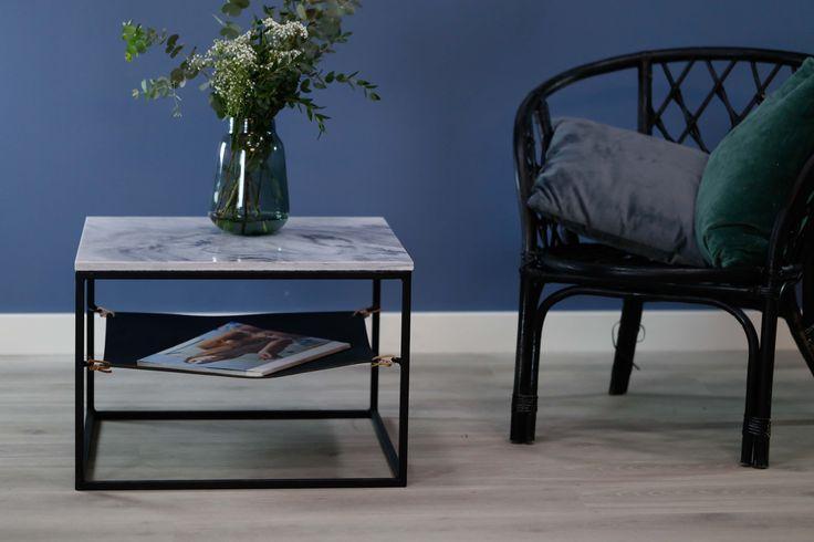 LAY Marmorbord med unik lys gråblå sjatteringer og svart lærhylle under.