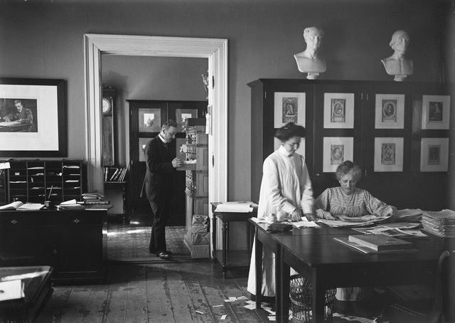 Juhani Rinne, Sigrid (Siri) Brunou ja Mary Nielsen Hakasalmen huvilassa; Kuva on otettu historiallisesta kuva-arkistosta.   Museovirasto - Musketti   Museo Finna