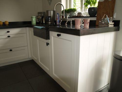 VRI interieur landelijke keuken klassiek wit met houten laden, stenen blad en fornuis